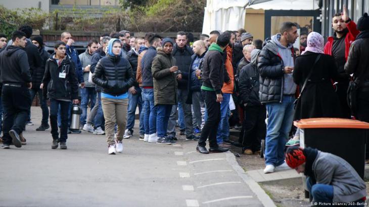 Flüchtlinge warten am 8. Dezember 2015 vor dem Berliner Landesamt für Gesundheit und Soziales (LaGeSo); Foto: picture-alliance