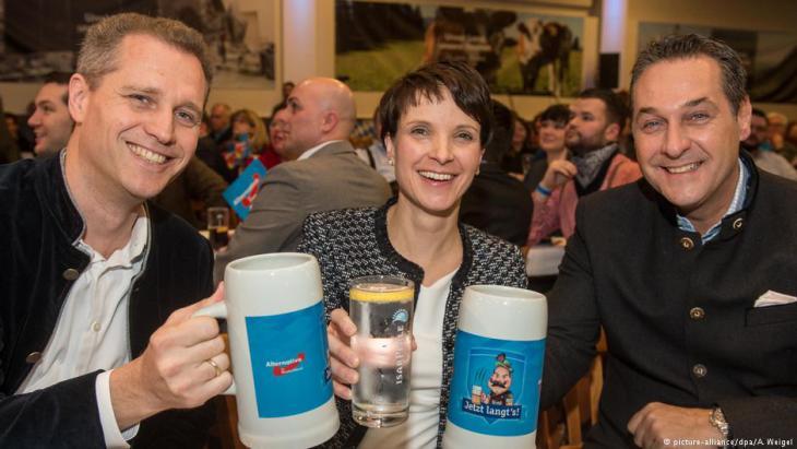 FPÖ-Chef Heinz-Christian Strache (r.) gemeinsam mit der AfD-politikerin Frauke Petry beim Politischen Aschermittwoch im bayrischen Osterhofen; Foto: picture-alliance/dpa