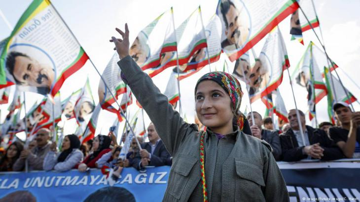 Participants wave flags at the 25th International Kurdish Culture Festival, held in September 2017 in Cologne, Germany (photo: Imago/Future image/C. Hardt)