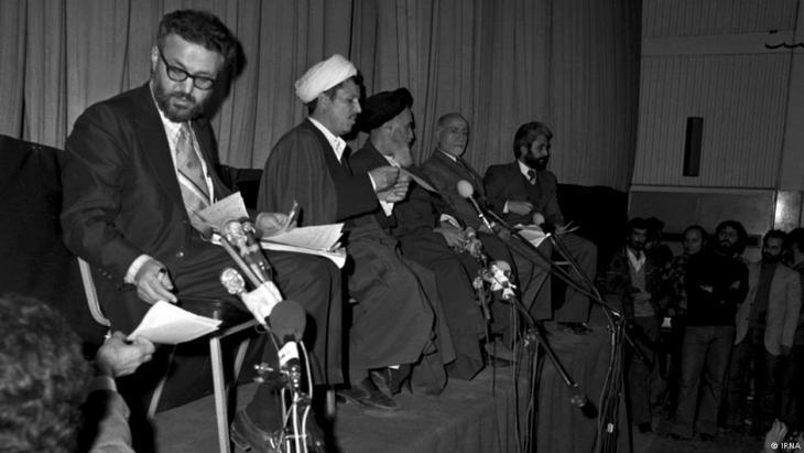 Ebrahim Yazdi (l.) neben Rafsandschani, Khomeini und  Bāzargān; Foto: Irna