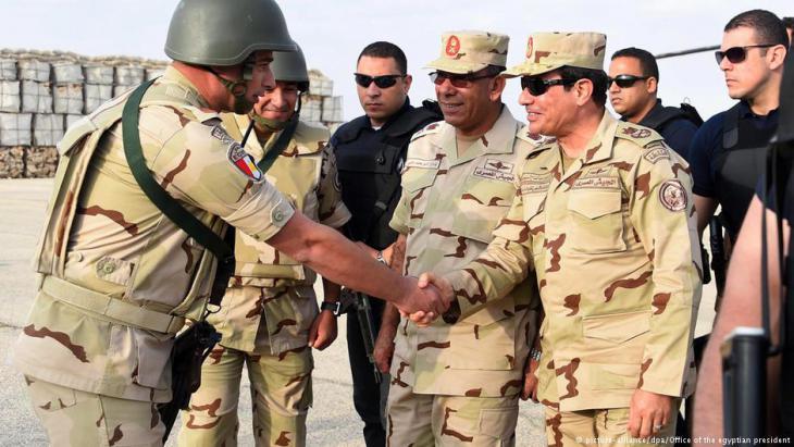Ägyptens Präsident Sisi (r.) im Kreise ägyptischer Militärs; Foto: picture-alliance/dpa