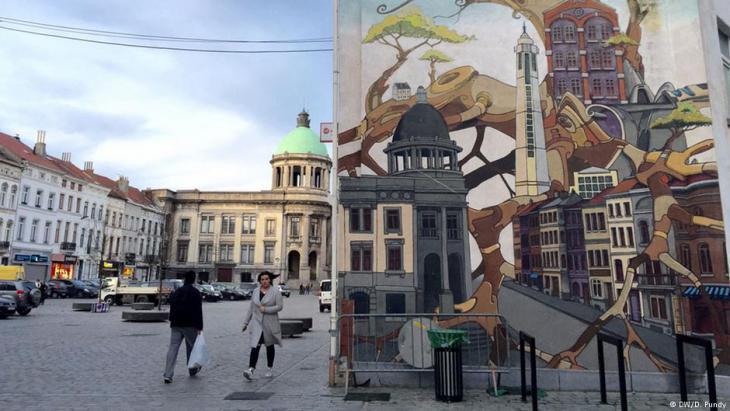 Das Molenbeeker Rathaus (links echt, rechts als Graffiti); Foto: DW