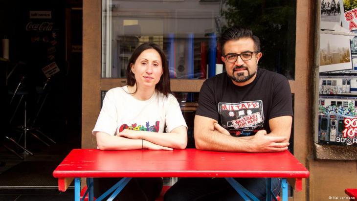 """Yasin Duran und Meral Kiyak vom Berliner Restaurant """"Mixtape Bagel Burgers""""; Foto: Kai Lehmann"""
