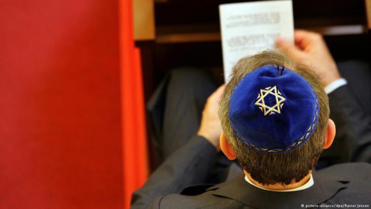 Jüdischer Bürger Berlins betet in der Synagoge Berlin-Wilmersdorf; Foto: dpa/picture-alliance