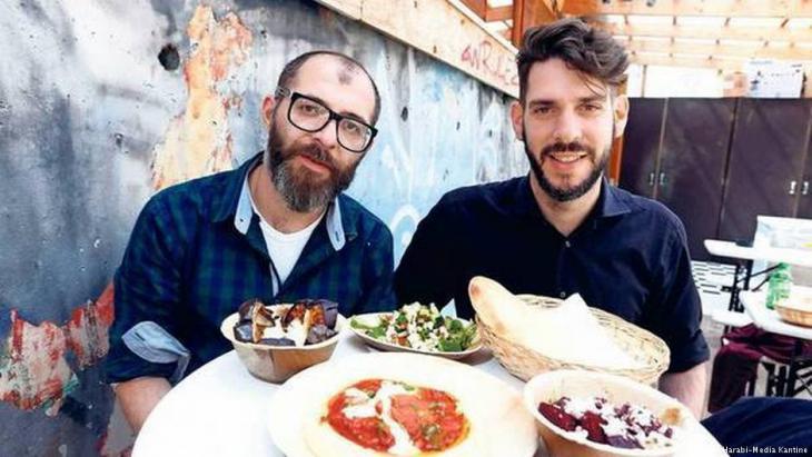 """Kartoffelpuffer mit Tahini: Oz Ben David und Jalil Dabit betreiben das Hummus-Restaurant """"Kanaan"""" in Berlin; Foto: Kfir Harabi-Media-Kantine"""