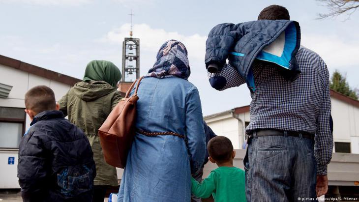 Geflüchtete syrische Familie bei ihrer Ankunft im Grenzdurchgangslager Friedland im Landkreis Göttingen; Foto: dpa/picture-alliance