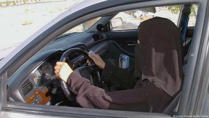 Saudische Frau am Steuer; Foto: picture-alliance/dpa