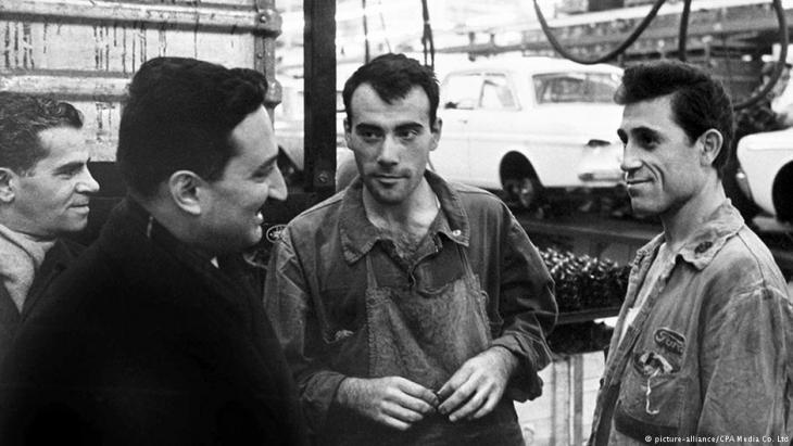 """Türkische """"Gastarbeiter in einer Kölner PKW-Fabrik im Jahr 1964; Foto: picture-alliance/CPA Media Co. Ltd"""