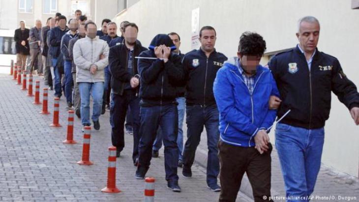 Mutmaßliche Gülen-Anhänger werden in Istanbul von der Polizei abgeführt; Foto: picture-alliance/AP/O. Duzgun
