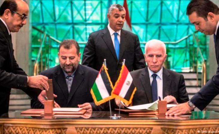 Vertreter der beiden Palästinenserorganisationen Hamas und Fatah haben in Kairo ein Abkommen zur Versöhnung unterzeichnet. Foto: AFP/Desoki