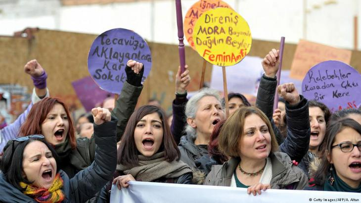 """Proteste gegen die """"Mufti-Ehe"""" von Frauenrechtsgruppen in Ankara; Foto: Getty Images/AFP"""