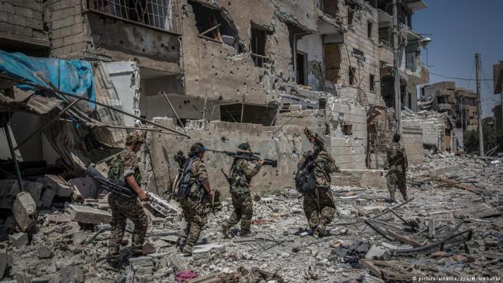 """Befreites Raqqa in Syrien, eine ehemalige Hochburg des """"Islamischen Staates"""" in Syrien; Foto: picture-alliance/dpa"""