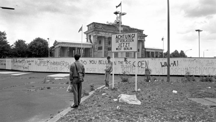 Die Berliner Mauer am Brandenburger Tor im Jahr 1987; Foto: picture alliance / dpa