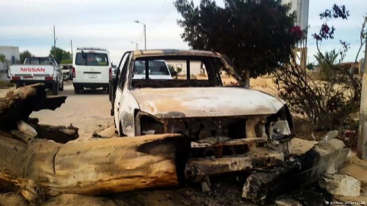 Autowracks im Dorf Rawda im Nordsinai nach dem Anschlag der Dschihadisten; Foto: picture-alliance/AA