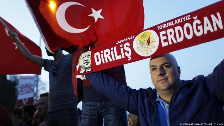Anhänger Erdoğans feiern die Annahme des türksichen Präsidialsystems; Foto: picture-alliance/AP