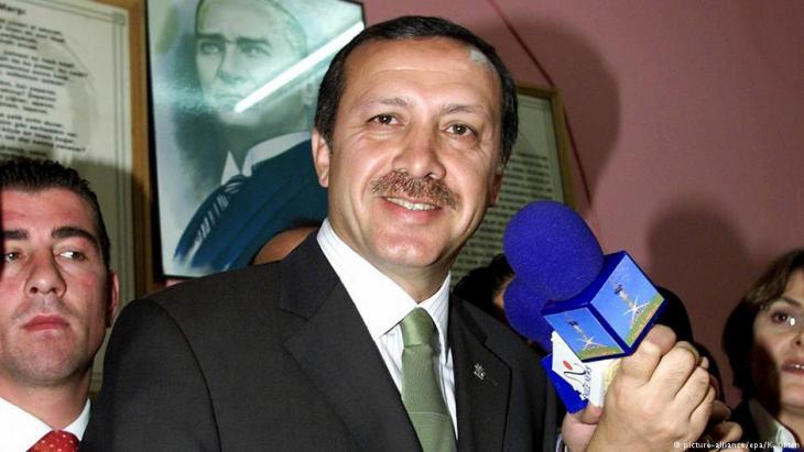 Recep Tayyip Erdoğan nach dem Wahlsieg seiner AKP im Jahr 2002; Foto: picture-alliance