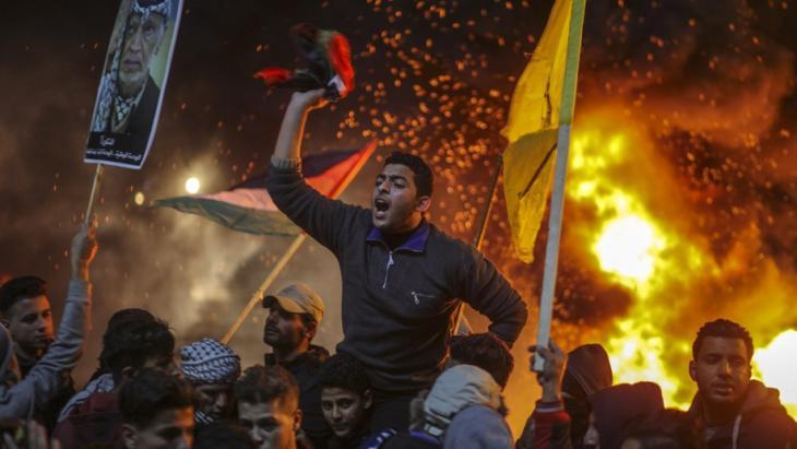 Palästinensische Demonstranten protestieren in Gaza gegen die Entscheidung von US-Präsident Trump, Jerusalem als Hauptstadt Israels anzuerkennen; Foto: Wissam Nassar/dpa