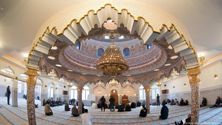 Muslime beim Gebet in der Abubakr-Moschee in Frankfurt; Foto: picture-alliance/dpa
