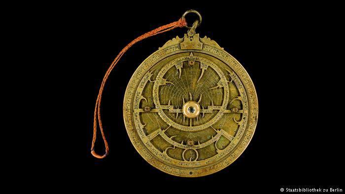 """Astrolab - Ausstellungsexponat in """"Juden, Christen, Muslime im Dialog der Wissenschaften 500-1500"""" im Berliner Gropiusbau; Foto: Staatsbibliothek zu Berlin"""