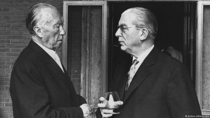 Bundeskanzler Dr. Konrad Adenauer und Staatssekretär Dr. Hans Globke (r.) im September 1963; Foto: dpa/picture-alliance