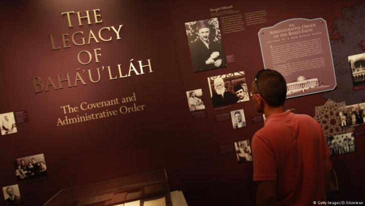"""Besucher einer Ausstellung über den Gründer der Bahai-Religion, Hussein Ali Nuri (""""Baha'ullah""""), in Haifa; Foto: Getty Images"""