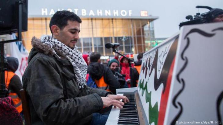 Ahmad spielt im Januar 2016 auf dem Platz vor dem Kölner Hauptbahnhof; Foto: picture-alliance/dpa