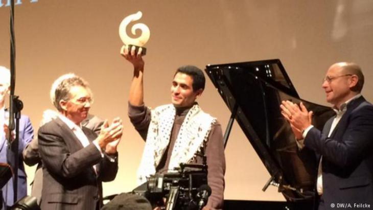 Preisverleihung: Im Jahr 2015 wird Aeham Ahmad dann mit dem 1. Internationalen Beethovenpreis für Menschenrechte, Frieden, Freiheit, Armutsbekämpfung und Inklusion ausgezeichnet; Foto: DW
