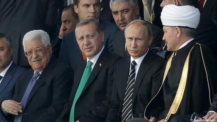 Bei der Eröffnungsfeier der Juma-Moschee im Jahr 2015 in Moskau: Mahmud Abbas neben Recep Tayyip Erdogan und Waldimir Putin; Foto: Reuters