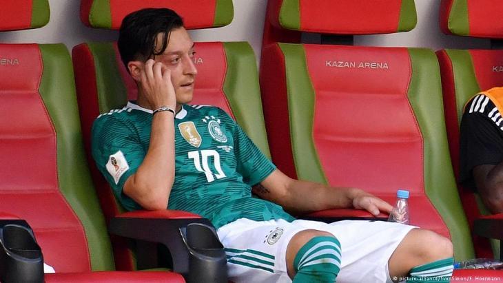 Enttäuschter Mesut Özil nach dem Vorrunden-Aus der deutschen Nationalmannschaft bei der WM in Russland im Juni 2018; Foto: picture-alliance