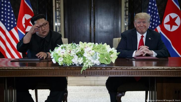 Donald Trump und Kim Jong Un am 12. Juni 2018 auf dem Nordkorea-Gipfel in Singapur; Foto: picture-alliance/AP