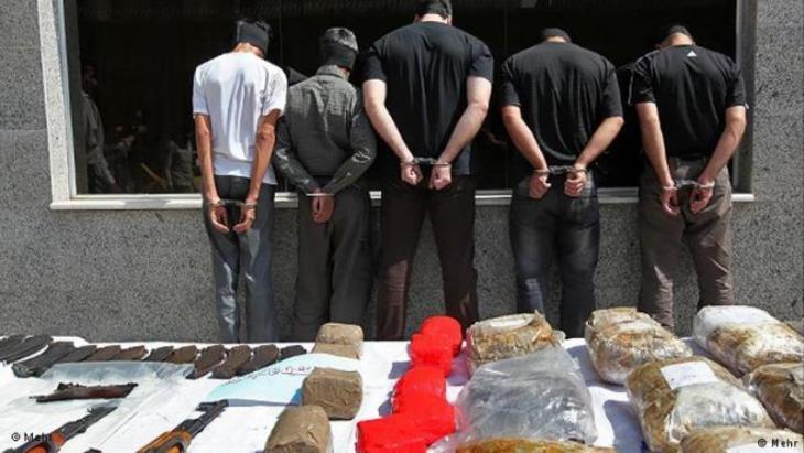 Beschlagnahmte Drogen, verhaftete Dealer in Teheran; Foto: Mehr