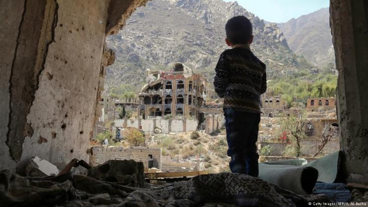 Kind steht in den Ruinen von Taiz, Jemen; Foto: Getty Images/AFP