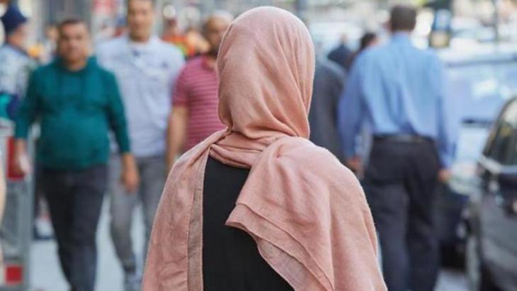 Eine muslimische Frau mit Kopftuch; Foto: Georg Wendt/dpa