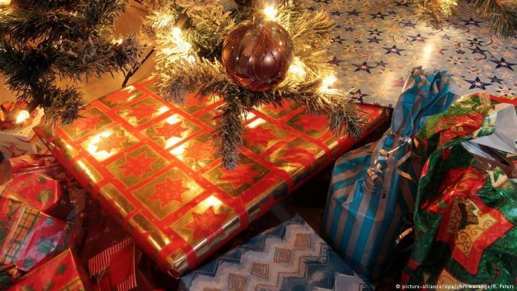Weihnachtsgeschenke unterm Tannenbaum; Foto: picture-alliance/dpa