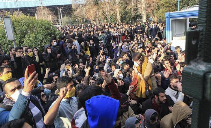 Studenten protestieren am 30.12.2017 auf dem Gelände der Universität in Teheran; Foto: dpa