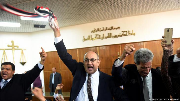 Anwalt Khaled Ali feiert seinen juristischen Sieg gegen Präsident Al-Sisi vor einem Gericht in Kairo; Foto: AFP/Getty Images