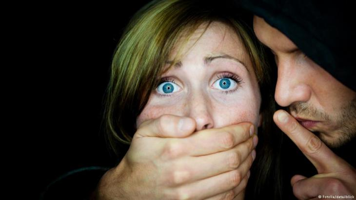 Symbolbild Gewalt gegen Frauen und Ehrenmorde: Ein Mann hält einer Frau die Hand vor den Mund; Foto: Fotolia/detailblick