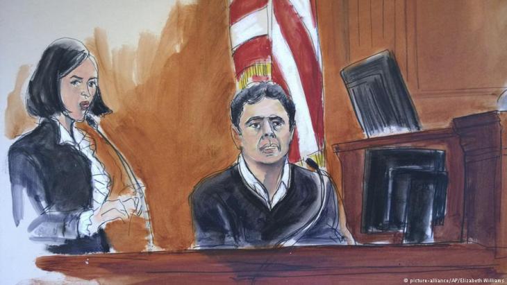 Gerichtszeichnung zeigt den früheren Vize-Chef der türkischen Halkbank, Mehmet Hakan Atilla, bei seiner Aussage vor einem Gericht in New York; Foto: pictue-alliance/AP/Elizabeth Williams