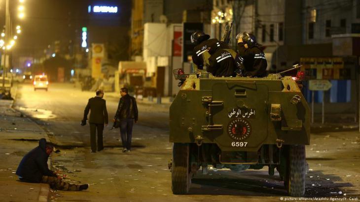 Sicherheitskräfte kontrollieren nach Protesten den Stadtbezirk Ettadamen in Tunis; Foto: picture-alliance/Anadolu Agency