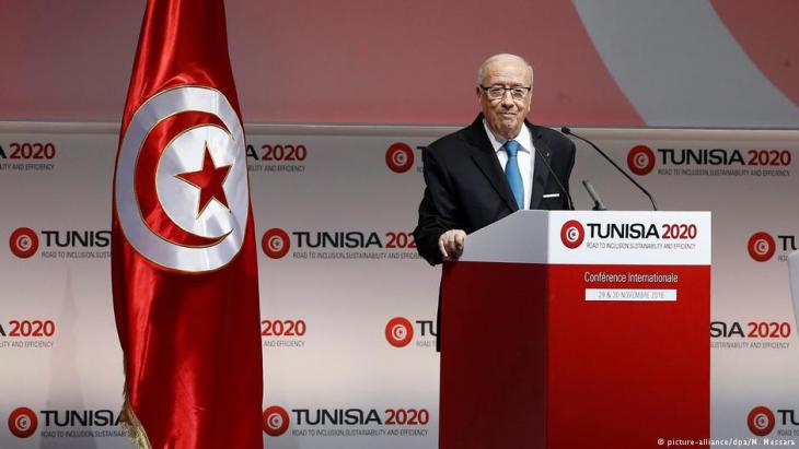 """Tunesiens Präsident Beji Caid Essebsi stellt Ende November 2016 den Wirtschaftsplan """"Tunisia 2020"""" auf einer internationalen Geberkonferenz vor; Foto: picture-alliance/dpa"""