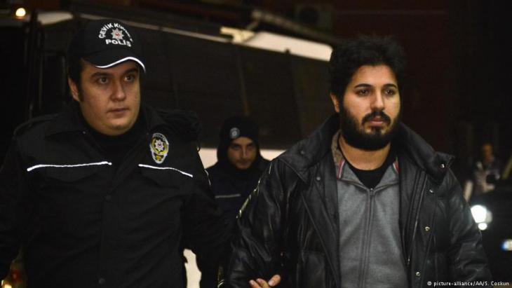 Festgenommener türkisch-iranischer Geschäftsmann Reza Zarrab (r.) am Flughafen von Istanbul am 17. Dezember 2013; Foto: picture-alliance/AAA