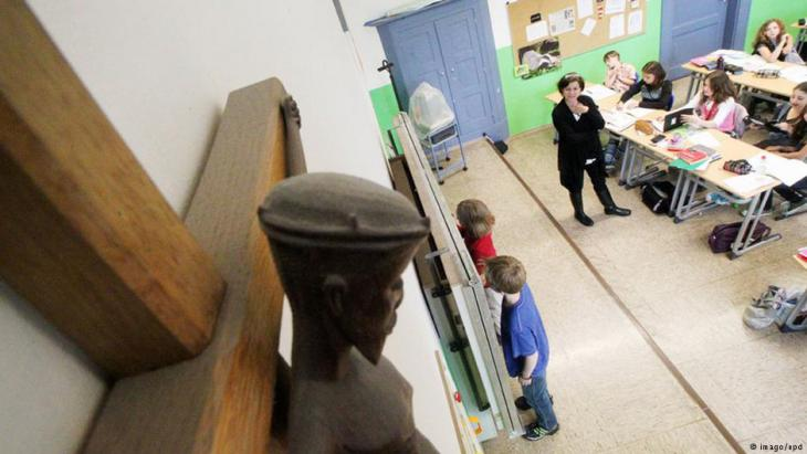 in Kruzifix hängt am 01.06.2011 in einem Klassenzimmer des katholischen Maria-Ward-Gymnasiums in Augsburg; Foto: imago/epd