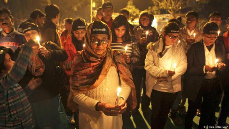 Gedenken in Indien am ersten  Todestag der nach einer Gruppenvergewaltigung verstorbenen Studentin Jyoti Singh Pandey; Foto: picture-alliance/AP