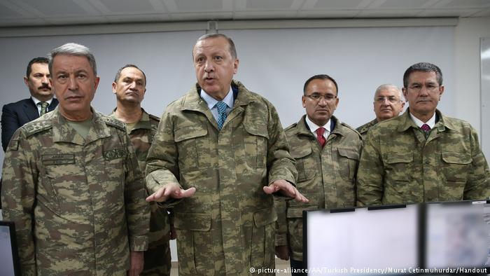 Der türkische Präsident Erdogan (vorne, 2. v. l.) zu Besuch auf der grenznahen Militärbasis in Hatay; Foto: picture-alliance