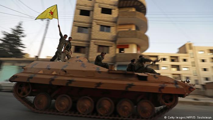 YPG-Kämpfer auf einem Panzerwagen in der Stadt Qamischli im Nordosten Syriens an der Grenze zur Türkei; Foto: