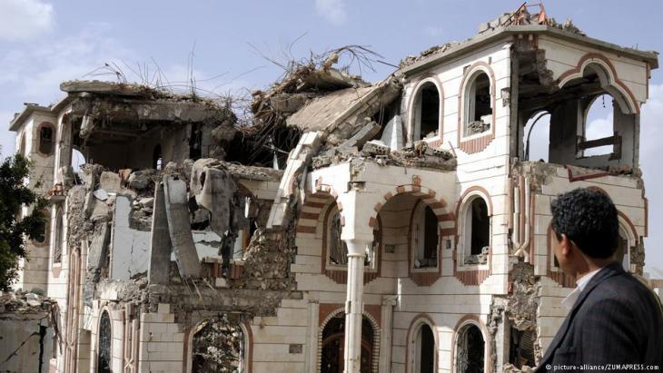 Von saudischen Kampfjets zerstörte Häuser in der jemenitischen Hauptstadt Sanaa; Foto: picture-alliance/ZUMA PRESS