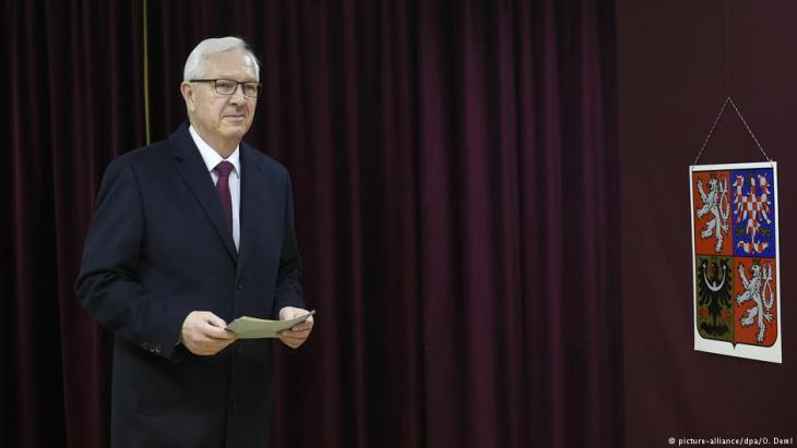 Zemans Herausforderer Jiří Drahoš bei der Stimmabgabe am 12. Januar 2018 in Prag; Foto: picture-alliance/dpa