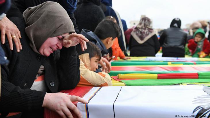 Kurden trauern um ihre Angehörigen in Afrin; Foto: Getty Images/AFP/G. Ourfalian