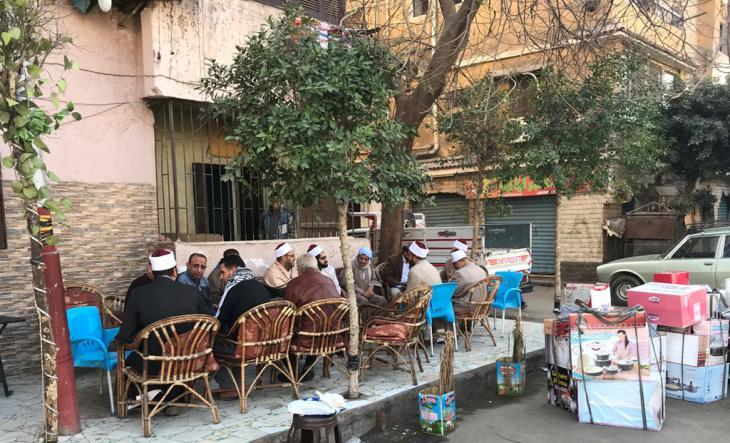 Al-Azhar-Scheichs treffen sich mit Bewohnern des Kairoer Stadtteils Scharabiya in einem Café; Foto: Karim El-Gawhary