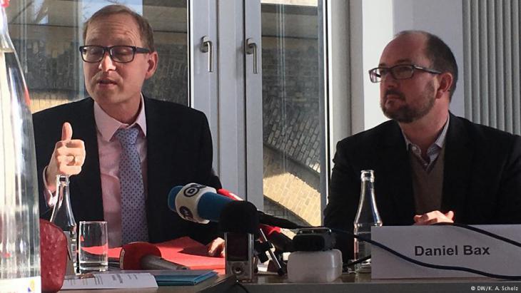 """Daniel Legutke (li.), Referent für Menschenrechte bei der """"Deutschen Kommission Justitia et Pax""""; Foto: DW"""